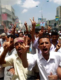 تظاهرة مناهضة لصالح في تعز أمس (خالد عبد الله ــ رويترز)
