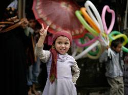 طفلة تطالب باسقاط صالح (محمد محيسن ــ أ ب)