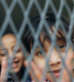 طفلتان ليبيتان في إحدى مدارس بنغازي أمس (ناصر ناصر ـ أ ب)