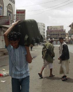 المئات من العائلات اضطرت للنزوح من صنعاء هرباً من المعارك (خالد عبد الله - رويترز)