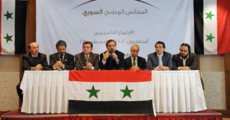 معارضون سوريون خلال الاعلان عن تشكيل المجلس الوطني أمس في اسطنبول (بولانت كيليك - أ ف ب)