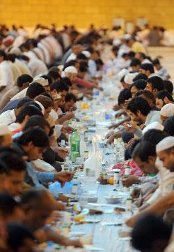 مائدة رمضانية في الرياض (فايز نور الدين ــ أ ف ب)