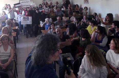 زياد دويري في مواجهة المحتجّين بالأعلام الوطنيّة: لا حوار مع المطبّعين (هيثم الموسوي)
