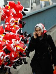 زينة أعياد الميلاد في أحد شوارع إسطنبول (مراد سيزر ـــ رويترز)
