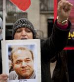 متظاهرة في لندن ترفع صورة أحد المعتقلين في إيران (بن ستانسال أ ف ب)