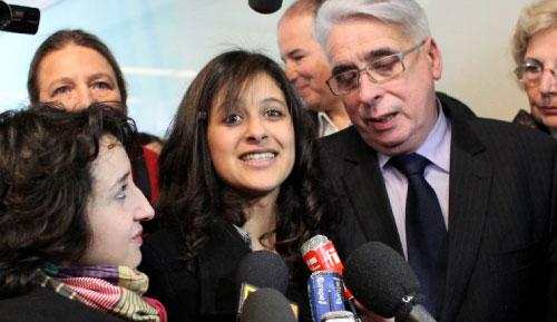 نجلاء تتوسط مستقبليها في باريس عند عودتها من المغرب الأسبوع الماضي (توماس كوكس ــ أ ف ب)