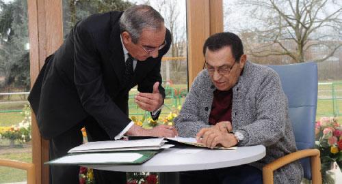 تنتظر مبارك بعد عودته ملفات شائكة (أ ف ب)