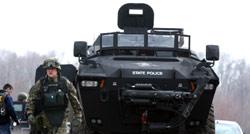 عناصر من القوى الأمنية تبحث عن أحد الفارين من الميليشيا (مادالين روجييرو ــ أ ب)