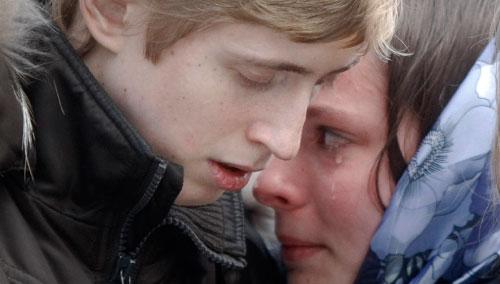روسيان يبكيان خلال تشييع قريبهما الذي قتل في تفجيري موسكو أمس (مايكل ميتزل ــ أ ب)