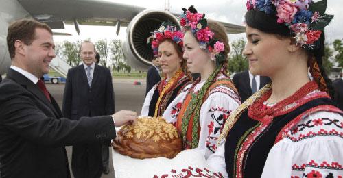 مدفيديف يتذوق الخبز التقليدي في كييف أمس (دميتري أستاخوف ــ أ ف ب)