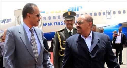 البشير يستقبل الرئيس الأريتري إسايس أفيوركي في الخرطوم أمس (محمد عبدالله ــ رويترز)