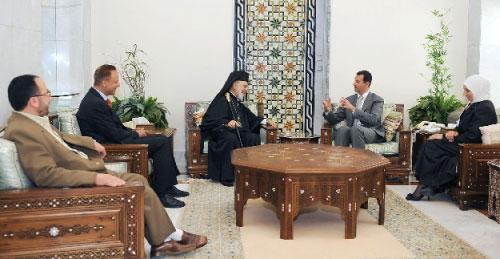 الأسد يستقبل المتضامنين السوريين في دمشق امس ( سانا- أ ف ب)