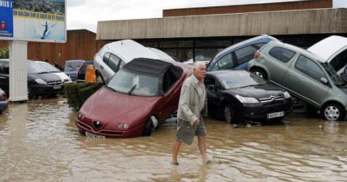 أضرار جسيمة خلفتها العاصفة في شوارع دراغينان (سبستيان نوجير ــ رويترز)