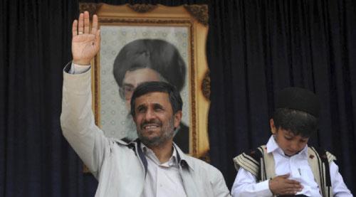 نجاد خلال احتفال جماهيري في مدينة كرد غرب ايران أول من امس (ساجد صفاري ــ ا ب)