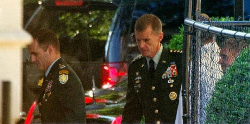 مكريستال يدخل إلى البيت الأبيض من باب جانبي يوم الأربعاء الماضي (نيكولاس كام ـ ا ب)