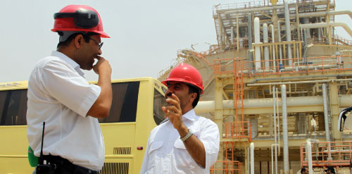 عاملان في حقل لانتاج الغاز جنوب ايران أول من أمس (عطا كناري ــ أ ف ب)