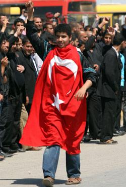 شاب عراقي في انتظار مرور موكب اردوغان في بغداد (أ ف ب)