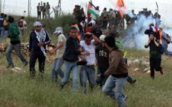 تظاهرات ضد الجدار العازل في الضفة الغربية أمس (عباس موماني ــ أ ف ب)
