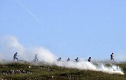 غاز مسيل للدموع ضد فلسطينيين في الضفة الغربية (ناصر إشتيه - أب)