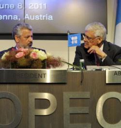 أمين عام «أوبك» عبدالله البدري (يمين) ووزير النفط الايراني محمد علي آبادي في فيينا أمس (بيللا تساندلسكي ــ أ ب)