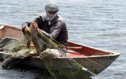 عراقي يصطاد من دجلة (أحمد الربيعي ــ أ ف ب)