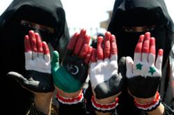 علما سوريا وليبيا على يدي يمنيتين أمس (محمد الصايغي - رويترز)