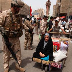 جندي عراقي في شوارع بغداد (محمد أمين ــ رويترز)