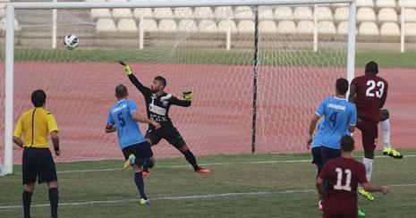 لاعب النجمة التشادي كارل ماكس (23) يسجّل في مرمى حارس الساحل علي حلّال