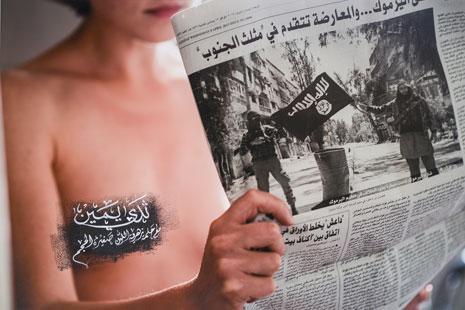 «قراءة الأخبار» (أكريليك على ورق مقوّى ــ 74×111 سنتم ــ 2015)
