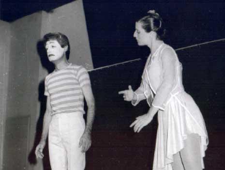 عايدة صبرا وفائق حميصي في مشهد «الدمية» من عرض «إيماء 86»