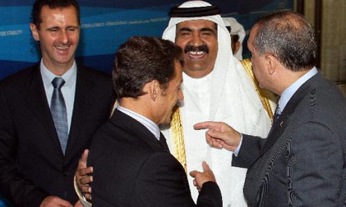 حوار ضاحك بين الزعماء الأربع، الأسد وحمد بن خليفة وساركوزي وأردوغان في دمشق أمس (لؤي بشارة - أ ف ب)