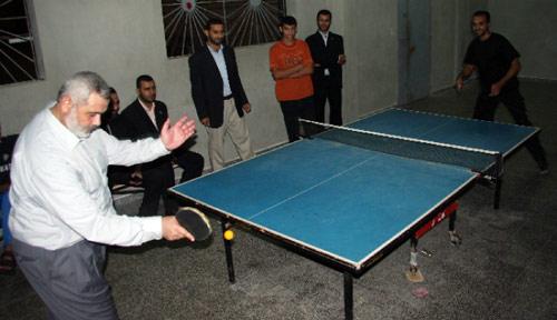 هنية يلعب كرة الطاولة في غزة أول من أمس (محمد الأستاذ ــ أ ف ب)