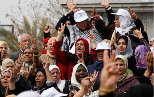 فلسطينيات يحتفلن بيوم المرأة العالمي في غزة أمس (حاتم موسى - أ ب)