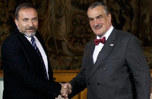 وزير الخارجية التشيكي كارل شفارزنبرغ وليبرمان في براغ أول من أمس (دايفيد سيرني ـــ رويترز)