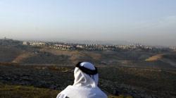 فلسطيني ينظر الى مستوطنة معالي آدوميم في الضفة الغربية (أحمد غرابلي - أ ف ب)