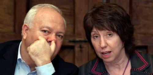 اثنان من الرؤوس الأربعة للاتحاد الأوروبي: كاثرين آشتون وميغيل أنخيل موراتينوس في قرطبة (خوسي فيدال ـــ رويترز)