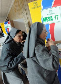راهبتان تشاركان في الانتخابات التشريعية الأحد الماضي في كولومبيا (رودريغو ارانغوا ــ أ ف ب)