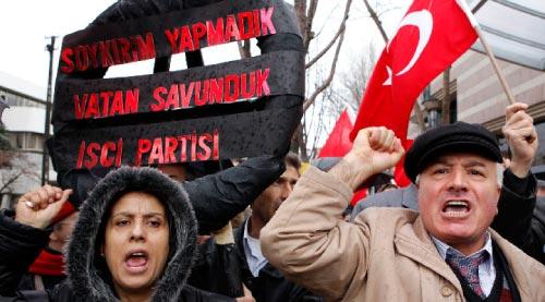 متظاهرون أتراك ضدّ قانون الابادة أمام السفارة الأميركية في أنقرة (أوميت بكتاش ــ رويترز)