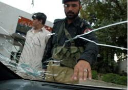 سيارة الدبلوماسي الايراني عقب اختطافه في بيشاور عام 2008 (أ ب)