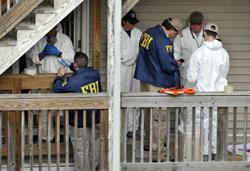 محققون أميركيون يفتشون منزل شهزاد أمس (جيسيكا هيل ــ أ ب)