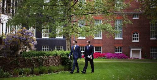 كاميرون ونائبه نك كليغ في حديقة «10 داوننغ ستريت» أمس (كريستوفر فورلونغ ــ رويترز)