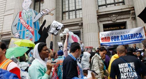 متظاهرون أمام «بنك أوف أميركا» (مانويل بالشي سينيتا ــ أ ب)