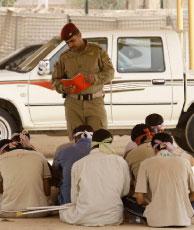 جندي عراقي يدقق بأسماء معتقلين في بغداد (سعد شلح ـــ رويترز)