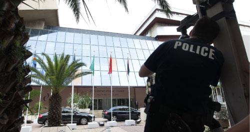 شرطي فرنسي يثبّت كاميرا مراقبة قبالة قصر المؤتمرات الذي يستضيف قمة نيس اليوم (بوب إدمي ـــ أ ب)