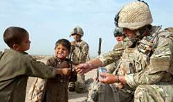 جنود بريطانيون من قوات الأطلسي بصحبة أطفال أفغان في لا شكر غار قبل أيام (غاري كندال ـ أ ف ب)