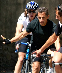 ساركوزي وابنه بيار يمارسان رياضة ركوب الدراجات (ليونيل سيرونو ــ أ ب)