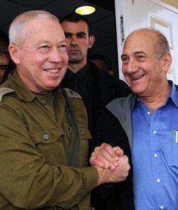 أولمرت وغالانت خلال زيارة موقع عسكري عام 2009 (عاموس بن غيرشوم ـــ رويترز)
