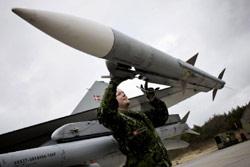 تحضير مقاتلة في الدنمارك قد تشارك في فرض الحظر على ليبيا (كاسبر دالهوف - أ ب)