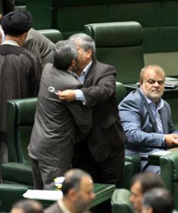 نواب إيرانيون خلال جلسة البرلمان أمس في طهران (وحيد سالمي ــ أ ب)
