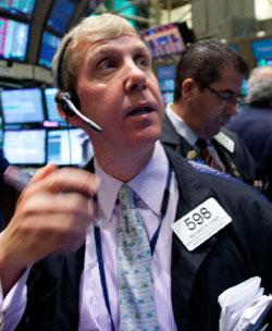 موظفون يتابعون حركة الأسواق في بورصة نيويورك أمس (جين لي ــ أ ب)
